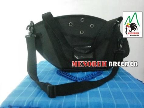 tas bisa dijinjing maupun ditaruh dipundak samping untuk perjalanan